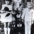 Fidel Castro con sus hermanos Ángela y Ramón en Birán 1929